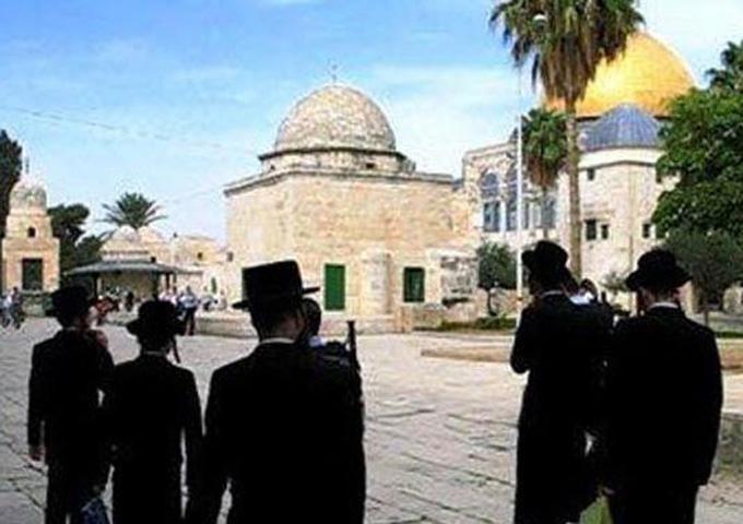 المستوطنون الصهاينة يجددون اقتحامهم للمسجد الأقصى