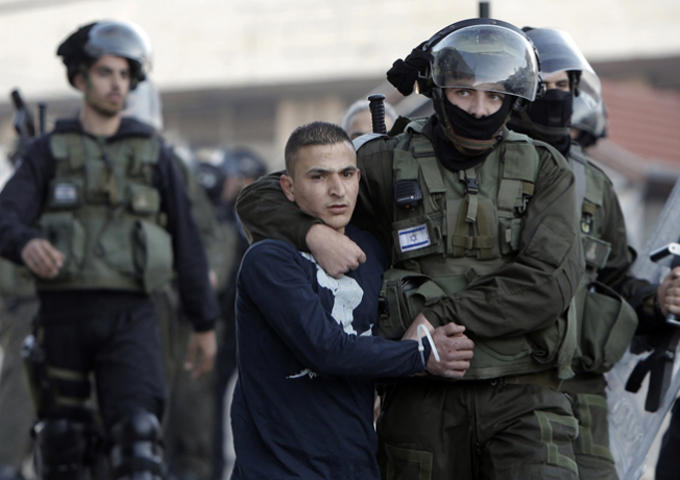 سلطات الاحتلال الصهيوني تغلق المدخل الرئيس لمخيم الفوار جنوب الخليل