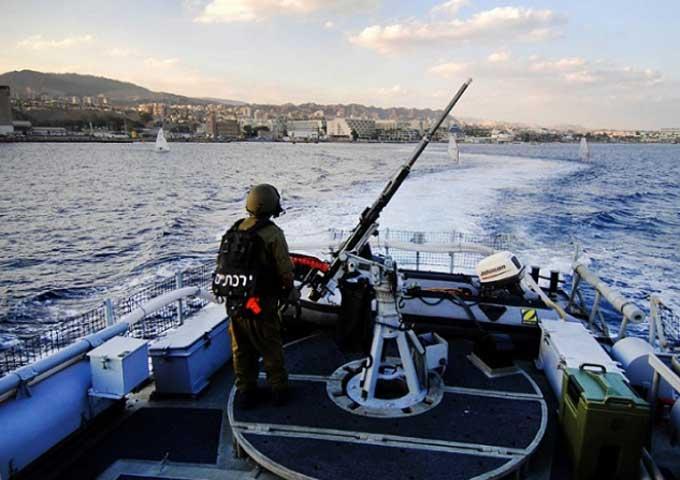 زوارق الاحتلال الإسرائيلي تستهدف مراكب الصيادين قبالة سواحل غزة