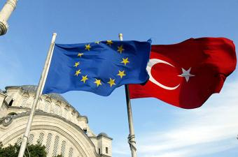 تركيا: الاتحاد الأوروبي يمارس ديمقراطية انتقائية