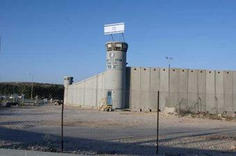 أكثر من ألف معتقل فلسطيني يبدأون الاثنين إضرابا عن الطعام في السجون الإسرائيلية
