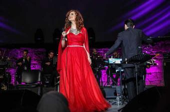لينا شماميان نجحت في الوصول إلى الجمهور التونسي بصوتها الدافئ ضمن فعاليات الدورة الثالثة والخمسين لمهرجان قرطاج الدولي