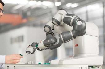 أول عملية لجراحة الأعصاب باستخدام الإنسان الآلي في روسيا